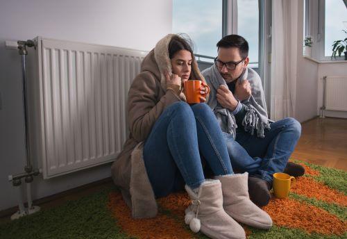 Chauffagiste Orléans - Un homme et une femme ont froid.