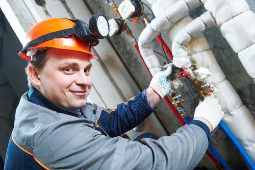 Chauffagiste Saint-Denis - Un artisan répare des tuyaux.