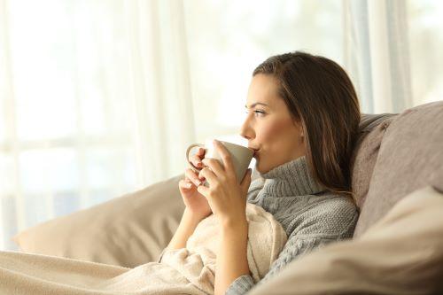 Chauffagiste Strasbourg - Une femme se réchauffe en buvant un café
