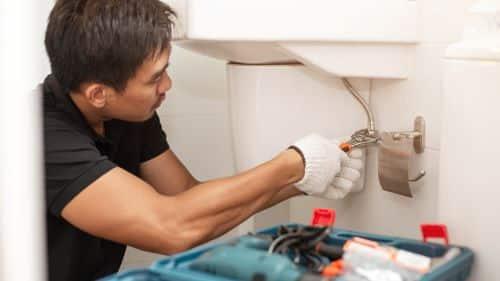 plombier Plan-de-Cuques - un artisan répare un robinet