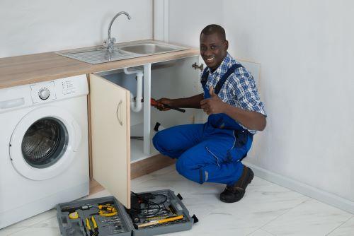 Plombier Aucamville - Un plombier répare un lavabo.