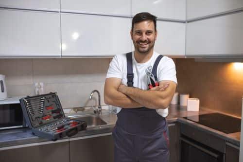 Plombier Aucamville - Plombier en intervention dans une cuisine