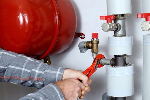 Plombier Aucamville - Un plombier effectue des travaux de tuyauterie