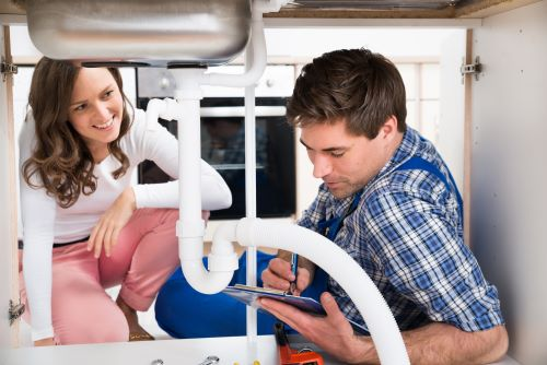 Plombier Blanquefort - Un plombier installe un évier