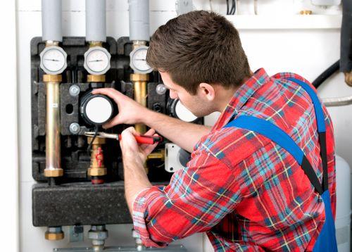 Plombier Bruges - Un plombier répare la tuyauterie
