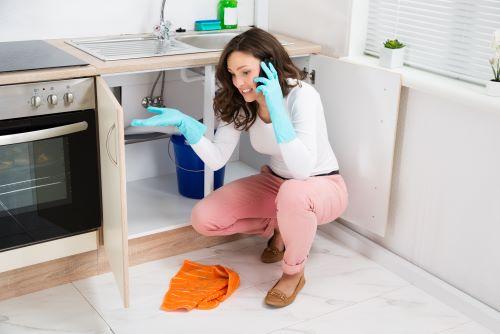 Plombier Cabriès - Une femme a une fuite d'eau sur son robinet.