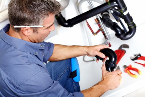 Plombier Cabriès - Un plombier installe un robinet.
