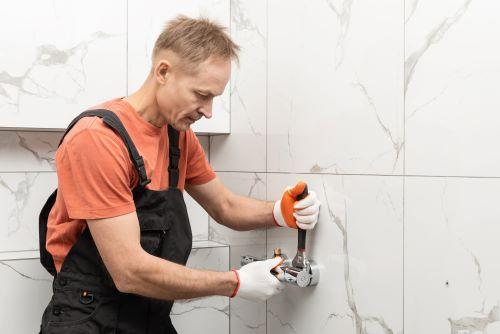 Plombier Carnoux-en-Provence - Un plombier fait des travaux dans une salle de bains.