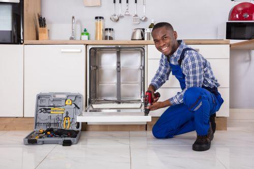 Plombier Cassis - Un plombier installe un lave vaisselle