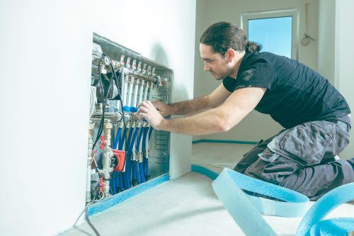 Plombier Cugnaux - Un plombier répare la tuyauterie