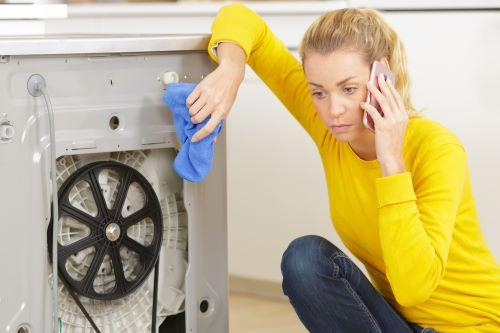 Plombier Ensuès-la-Redonne - Un femme téléphone pour un dépannage d'urgence