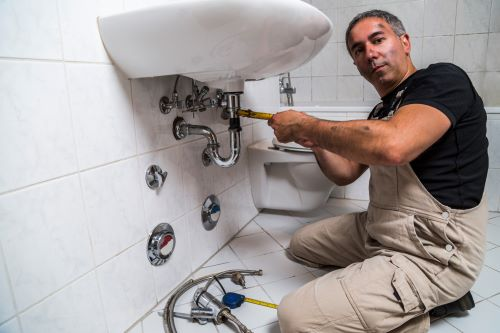 Plombier Le Haillan - Un plombier installe un évier