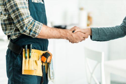 Plombier Le Taillan-Médoc - Un plombier et une cliente se serre la main
