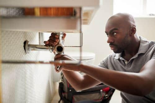 Plombier Les Pennes-Mirabeau - Un plombier installe un lavabo