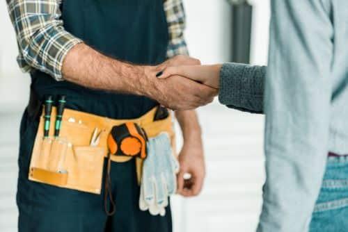 Plombier Les Pennes-Mirabeau - Un plombier et une cliente se serrent la main
