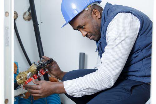 Plombier Paris 1 - Un plombier intervient sur la tuyauterie
