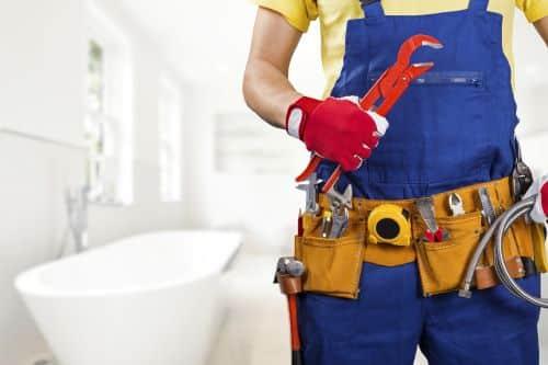 Plombier Pin-Balma - Un plombier travaille dans une salle de bains.