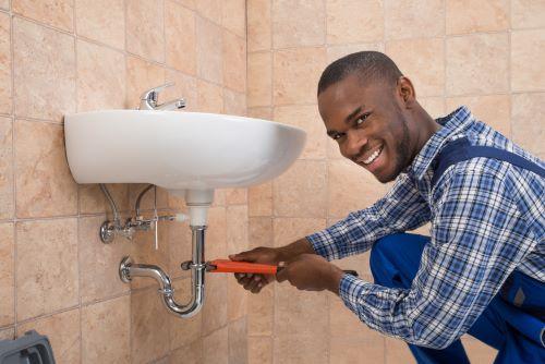 Plombier Quinsac - Un plombier réalise l'installation d'un lavabo