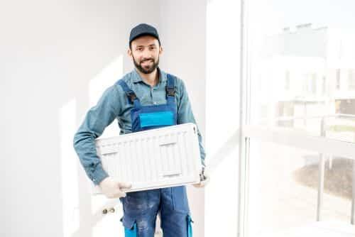 Plombier Ramonville Saint Agne - Un plombier va installer un radiateur