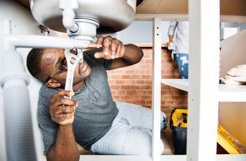 Plombier Saint-Savournin - Un plombier répare la tuyauterie d'un évier