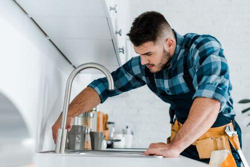 Plombier Saint-Savournin- Un plombier vérifie les réparations d'un évier