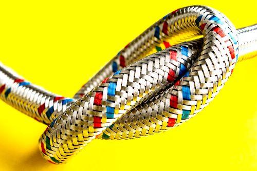 Plombier Septèmes-les-Vallons - un flexible sur un fond jaune