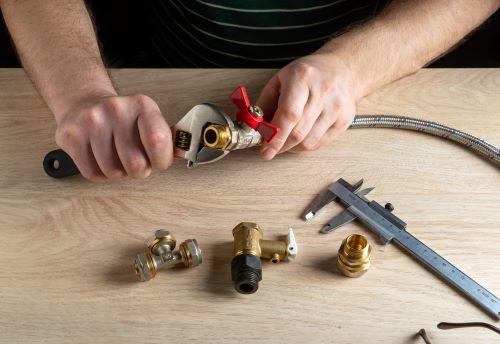 Plombier Tournefeuille - Un plombier installe des tuyaux en acier inoxydable.