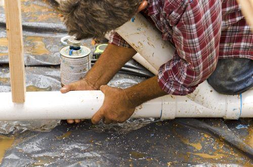 Plombier Tresses - Un plombier effectue le débouchage des conduites d'eau