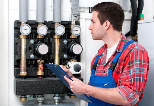 Plombier Tresses - Un plombier fait des travaux de plomberie
