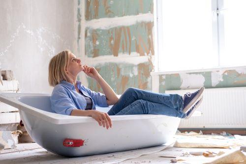 plombier Camblanes-et-Meynac - une femme regarde les travaux en cours dans sa salle de bains