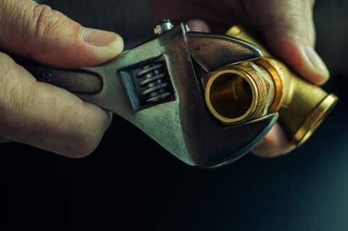 plombier Eaubonne - un plombier chauffagiste s'apprête à faire un raccord de plomberie