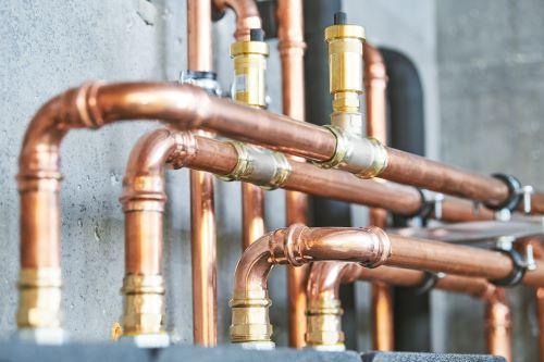 plombier Étampes - une chaufferie avec un circuit de chauffage en cuivre