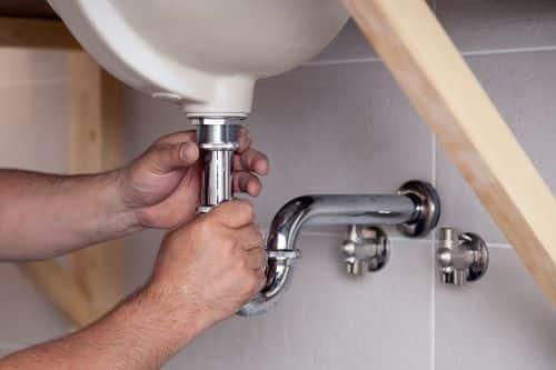 plombier Fontenay-aux-Roses - un artisan débouche un lavabo