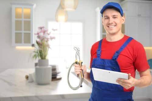 plombier Fontenay-aux-Roses - un plombier s'apprête à intervenir dans une cuisine