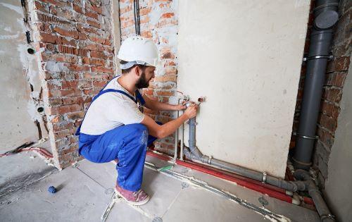 plombier Latresne - un artisan installe un circuit d'eau dans une maison neuve