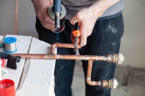 plombier Le Kremlin-Bicêtre - un plombier prépare un circuit de chauffage en cuivre
