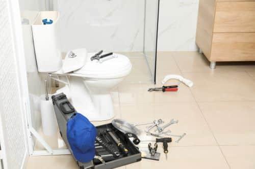 plombier Les Lilas - des outils de plomberie dans une salle de bains neuve