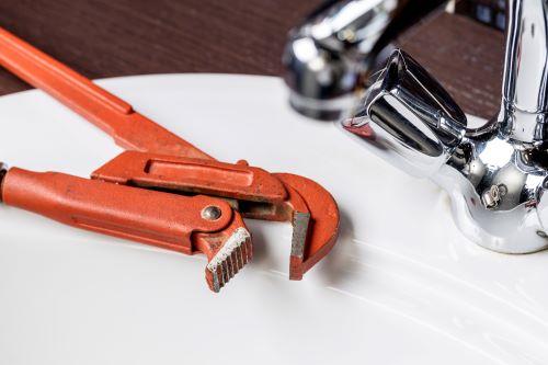 plombier Lormont - une clé anglaise sur un lavabo