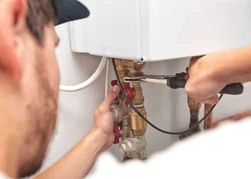plombier Maisons-Laffitte - un artisan intervient sur une chaudière