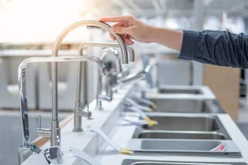 plombier Maisons-Laffitte - un client choisit son futur robinet
