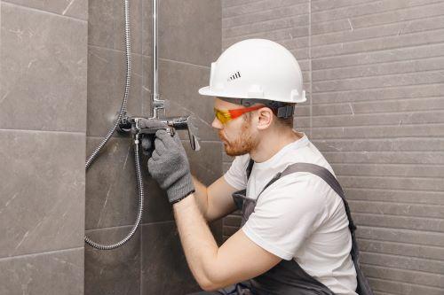 plombier Orly - un plombier chauffagiste installe une colonne de douche