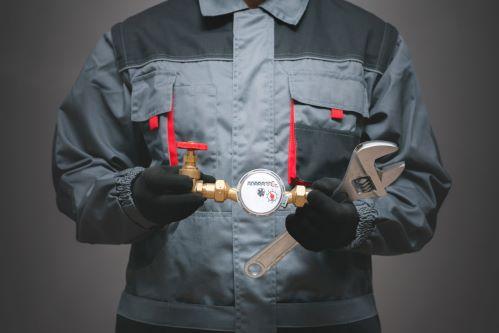 plombier Villenave-d'Ornon - un artisan tient un baromètre