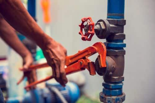 plombier Villeneuve-la-Garenne - n plombier intervient dans une chaufferie
