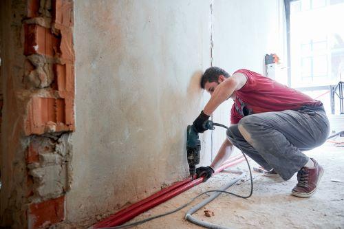 plombier Yvrac - un artisan installe un circuit de plomberie dans une construction neuve