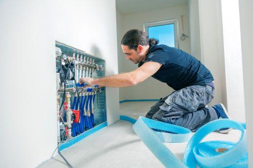 Chauffagiste La Seyne-sur-Mer - Un artisan fait des réparations sur un réseau de chauffage.