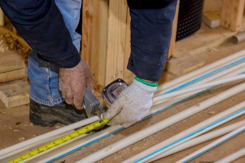 Chauffagiste Niort - Un chauffagiste installe un plancher chauffant