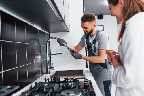 Plomber Gréasque - Un plombier installe un nouveau robinet