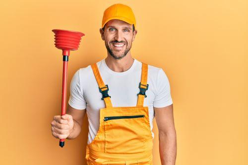Plombier Gréasque - Image d'un plombier avec une ventouse dans la main