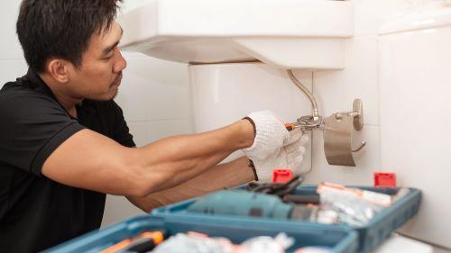 Plombier Sausset-les-Pins - Un plombier répare un chauffe eau