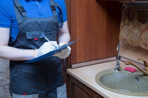 Plombier Attiches - Un plombier fait un diagnostic